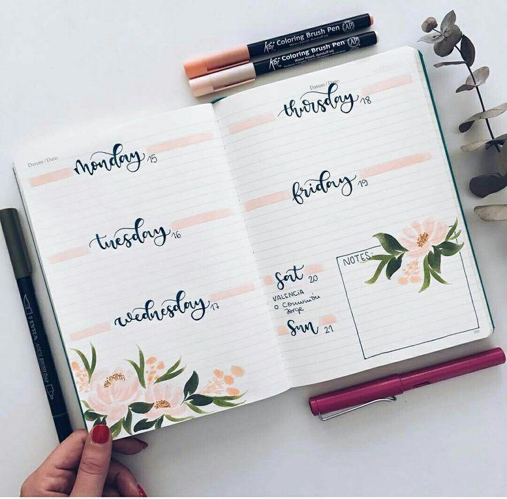 Eine wöchentliche Verbreitung mit rosa Akzenten und Blumenzeichnungen im Bullet Journal Kugel