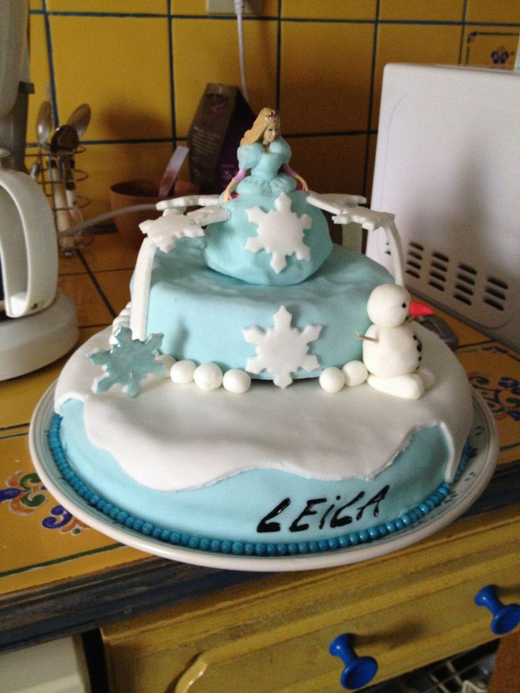 La reine des neiges avec personnage en plastique recouverte de pâte à sucre bleue pour faire la robe de la reine des neiges