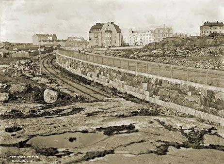 Otos Ursinin kalliolta. Kuvan keskellä kulkevat satamarata ja Speranskintie (nykyään Merikatu) rinnakkain. Signe Brander 1911.