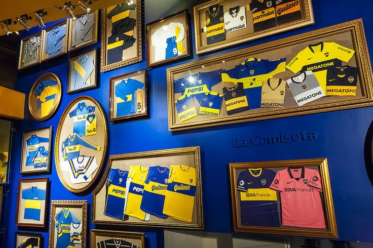 Le maglie storiche del Boca Juniors esposte al museo all'interno della Bombonera.  Historical jerseys of Boca Juniors on display at the museum inside La Bombonera.