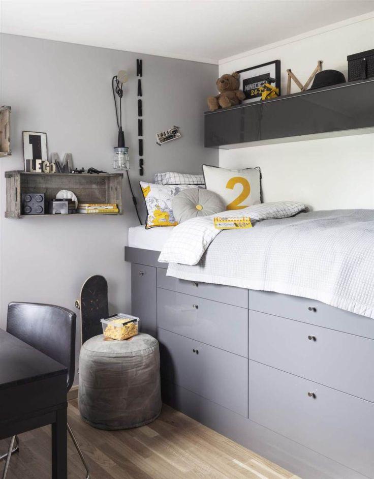 Sängen är byggd högt upp av köksunderskåp från Ikea