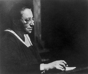 ¿Por qué no están ellAS en los libros de texto?: Matemáticas: Emmy Noether: http://abt.cm/1mm3YMc