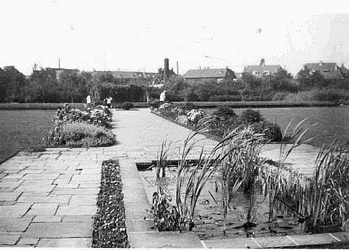 Bussum 1940 Willem Bilderdijkplantsoen. Centraal voetpad vanaf de Willem Bilderdijklaan naar het water vlak voor de vissenvijver