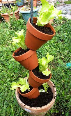 Ce week end, j'ai réalisé un potager à la verticale , pour moins de 10€!  Ce type de structure a plein d'avantages, les salades  sont...