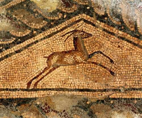 "panel triangular con un antílope (detalle del mosaico ""Ganimedes y el águila"") - Opus vermiculatum, Opus tesselatum"