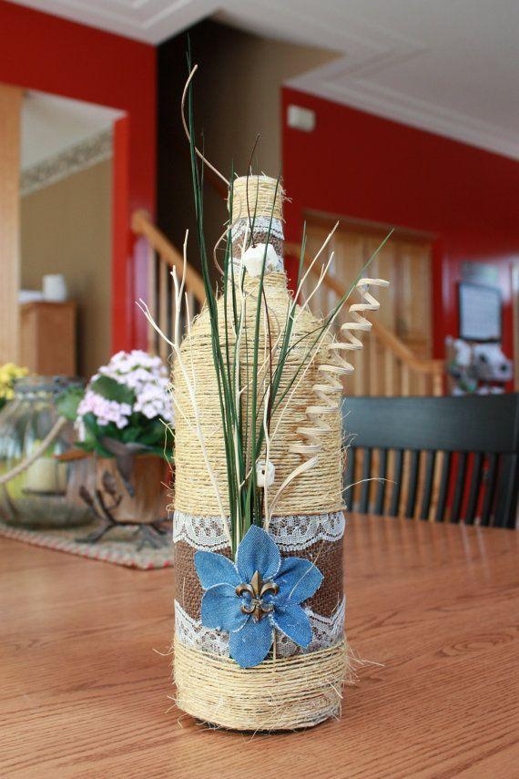 Arte de la botella de vino hecho a mano reciclado. Flores hechas a mano de mezclilla.