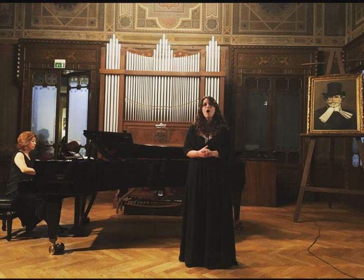 Insegnate di canto, diplomata presso il liceo musicale di Palermo e laurea di I^ livello al conservatorio A. Scontrino di Trapani.  Contattatemi, trovate la mia mail e il mio numero privato