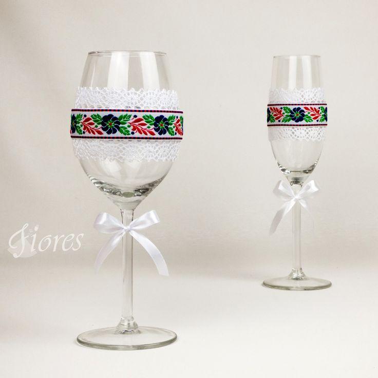 """Ľudové svadobné poháre """"History""""  jedinečná a my túžime, aby ste sa tak cítili v každej maličkosti. Vytvorili sme pre Vás tento svadobný pohár, ktorý nemusí zostať iba kusom skla, ale verte či nie dokáže o Vás veľa vypovedať."""