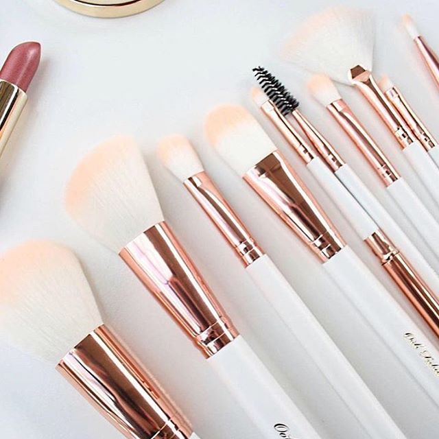 What to get the girl who is everything?  New pretty makeup brushes, that's what!! >>> www.oohfabulous.com *image via @wellnessbykels