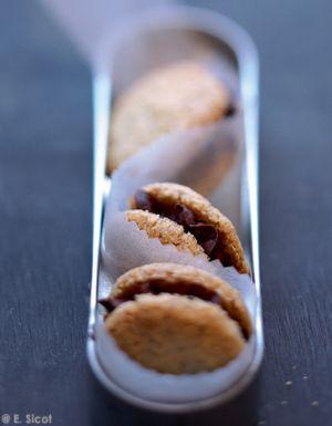 Recette Biscuits noisette fourrés au chocolat : Portez la crème à ébullition, puis versez-la sur le chocolat. Ajoutez le café ou l'extrait de café. Mélangez. Réservez dans un endroit frais pendant 2 h. Préchauffez le four th. 5-6 (160 °C). Fouettez le beurre et le sucre pendant 5 mn puis a...