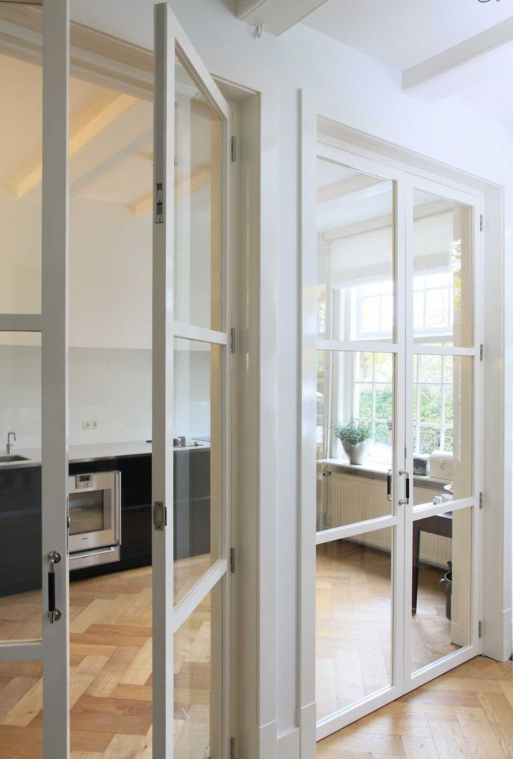 Dubbele binnendeuren naar de woonkamer (hier de helft van zodat je twee deuren hebt). Bij ons misschien iets minder glas zodat je niet te veel van de (rommelige) gang ziet.