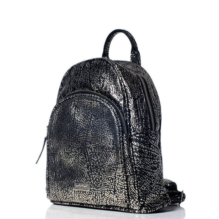 Mochila de cuero animal print negra y plateada - VESKI Chile encuentrala en http://veski.cl  Leather backpack - Black and silver