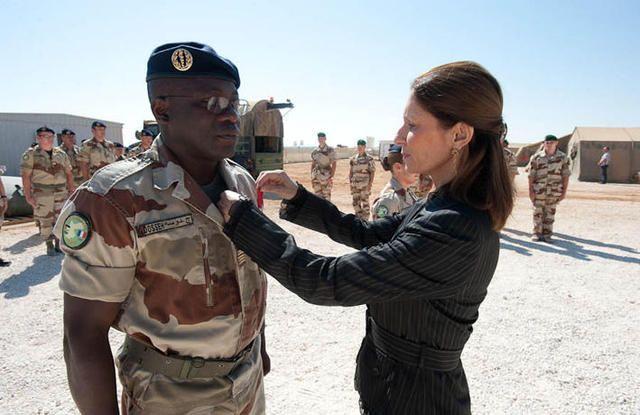 Remise de la médaille de la Légion d'Honneur au colonel Dosseh, par Mme Breuze, ambassadeur de France en Jordanie