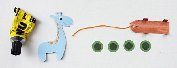 Bordkort eller bordpynt til barnedåb og børnefødselsdag, kan være en lille giraf på vogn lavet i lyseblåt eller lyserødt karton. Download skabelon på blog.