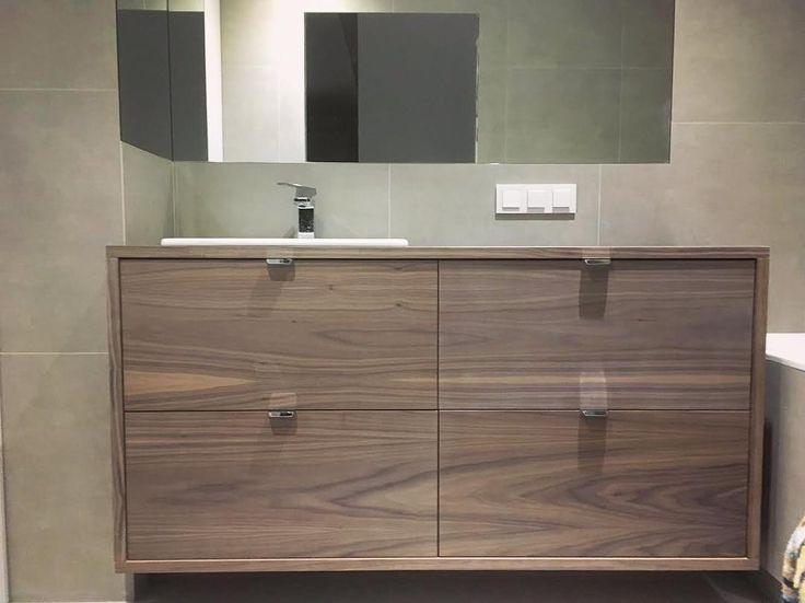 szafka łazienkowa z lustrem fornirowana na kolor orzech bathroom cabinet with mirror #szafka #cabinet #łazienka #bathroom #shelves #lustro #mirror #orzech #nut #meble #nawymiar #furniture #home #dom #homesweethome #stolarz #wnętrza #interior #warszawa #warsaw #poland