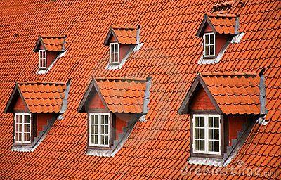 Telhado de telha vermelha e mansardas