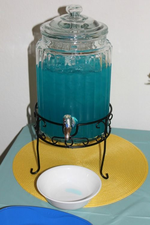 Blue Punch - Hawaiian Punch and 7 up. Recipe on mindofmeesh.com. UPDATE FROM TONI: Yum Yum Yum.  So easy too, hawaiian punch and 7up.  I also froze some of it in a round jello mold the night before so it would stay nice and cold all day and not be watered down