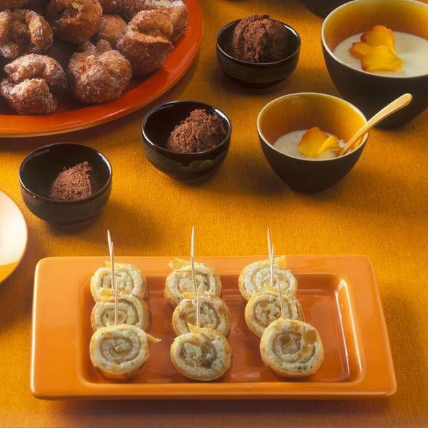Pfannkuchenröllchen mit Kokosfüllung: Die Pfannkuchenrollen mit der Füllung könnt ihr schon am Vortag zubereiten und kalt stellen. Aber erst einige Stunden vor dem Fest in Scheiben schneiden!