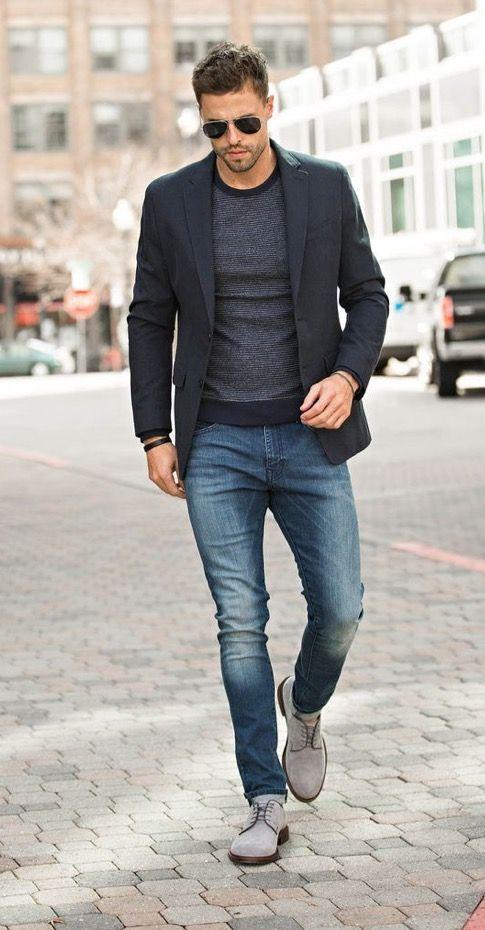Blazer Negro, Jersey con Cuello Circular en Gris Oscuro, Vaqueros Azules, Zapatos Derby de Ante Grises.