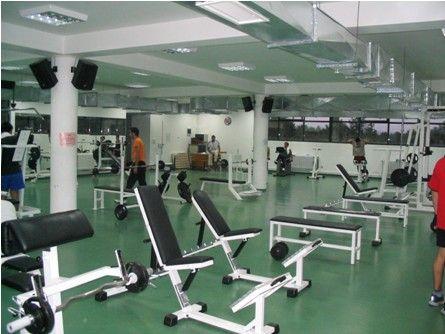 ODTÜ - Baraka Spor Salonu - 1972'de hizmete giren tesisimizin gövde kısmı tümüyle çelik konstruksiyonlardan oluşmaktadır. Spor dallarının çeşitlenmesi ve spor yapanların sayısının artması ile birlikte 2003 yılında Baraka Spor Salonunun yanında toplam 600m² lik iki katlı ek bir bina yapılmıştır. Ek binanın alt katı fitness salonu, üst katı ise minder sporları salonu olarak 2004 yılında hizmete açılmıştır. Toplam kapalı alanı 2000m² olan tesisimizde fitness salonu üye sayası halen 400 kişidir.