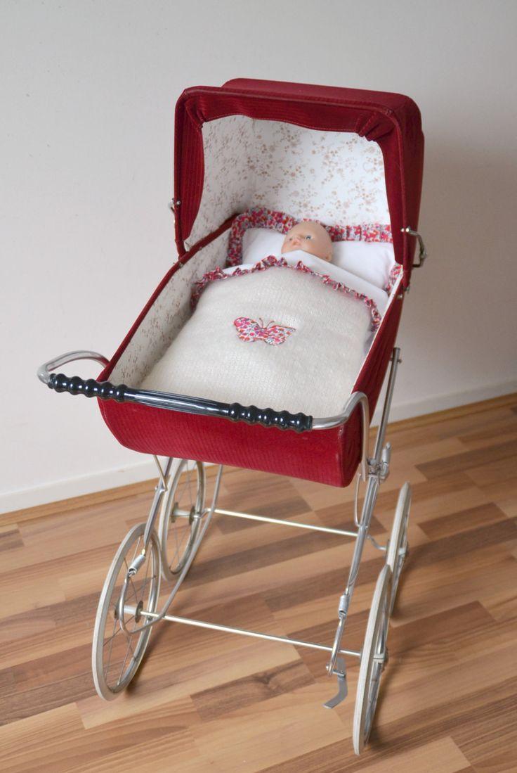 Landau vintage de poupée , bordeaux , habillage avec Liberty Wilstshire rouge…