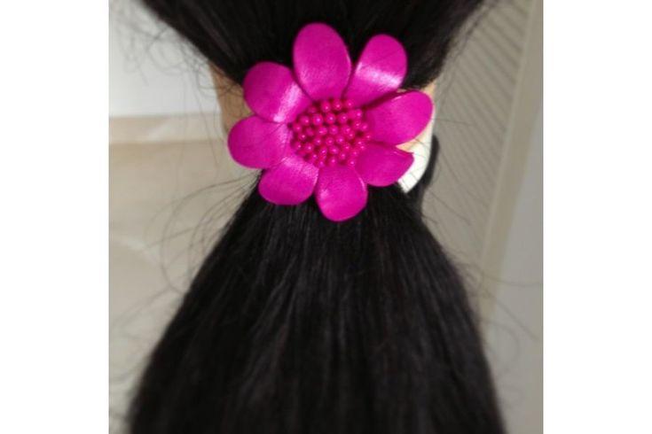 Ultra mignon l'élastique cheveux de couleur rose dans la tendance color block. La fleur de cet