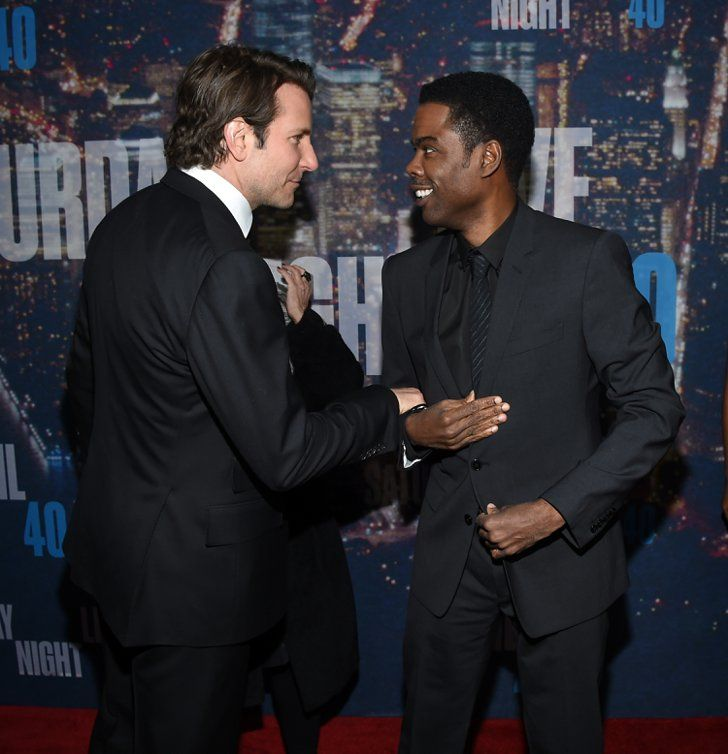 Pin for Later: Saturday Night Life rief und die Stars kamen in Scharen Bradley Cooper und Chris Rock