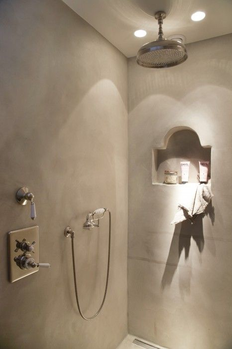 De Badkamer Toilet Man ~ Strak landelijke douche bezet met tadelakt en inbouw kraanwerk van St