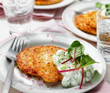 Lätt- och snabblagat recept som passar utmärkt till lunch eller middag. De goda plättarna gör du av bland annat kikärter, majskorn, lök, ägg och röd peppar. Servera med nykokt ris, tzatziki och mangoldskott. Enkelt, gott och smakrikt!