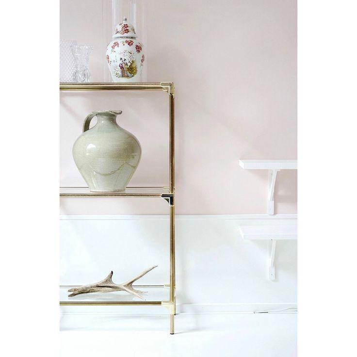 Susanne Otter (@susanne_frivole) op Instagram: Pale pink blush wall, brass and green vase