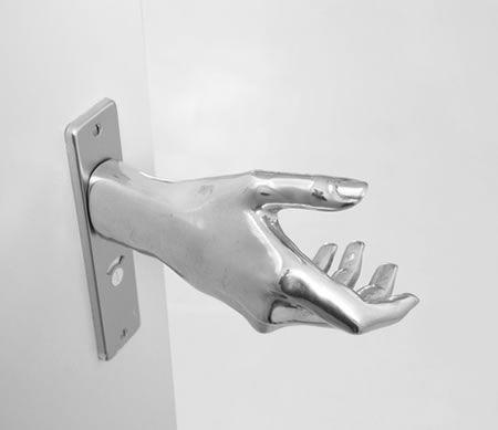 Poignee de porte-main http://www.journaldugeek.com/2009/07/28/door-hand-le-une-poignee-de-porte-speciale/