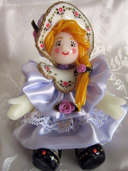 Bambolina in pasta di mais con vestito lilla di Piccoli Capricci di Mara su DaWanda.com
