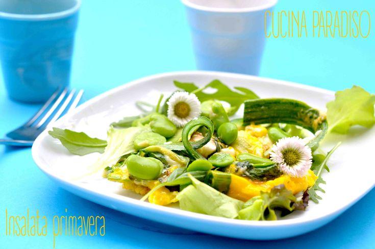 Insalata primavera con nastri di zucchine, favette fresche e ovetto strapazzato #cucinaparadiso #insalata #primavera #zucchine #piselli #fave #uovo #salad #spring #peas #egg #horsebean