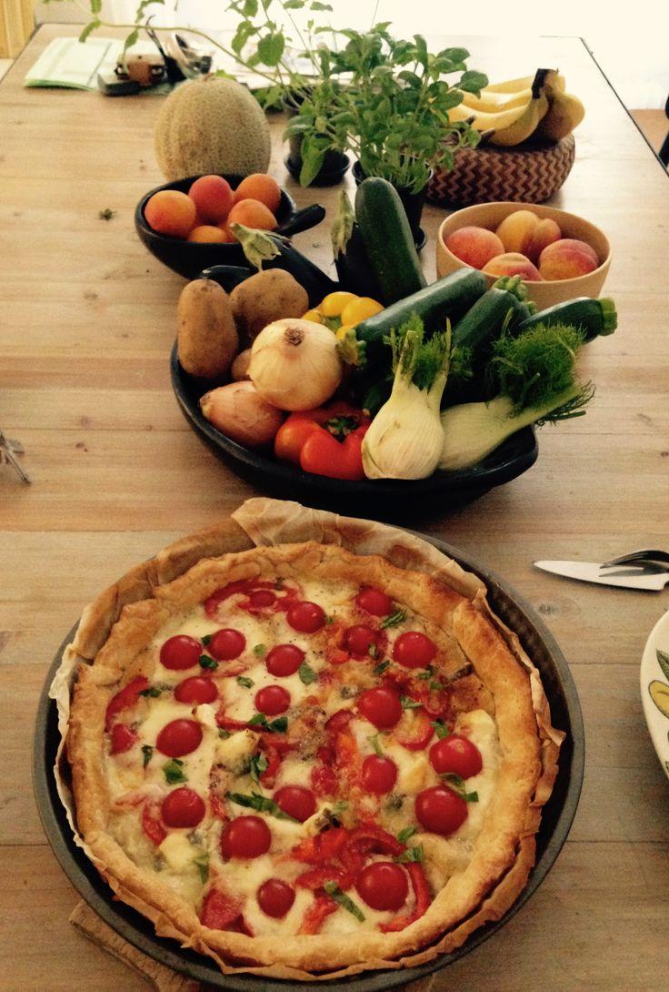 tarte feuilletée tomates cerise, mozzarella, basilic.