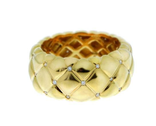 Een 18 karaats geelgouden gevlochten ring met daarin diamantjes
