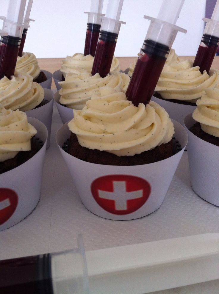 Cupcake infirmiere, chocolat, glaçage vanille et coulis de framboises. Perfect for a night shift meeting - syringe full of chocolate!