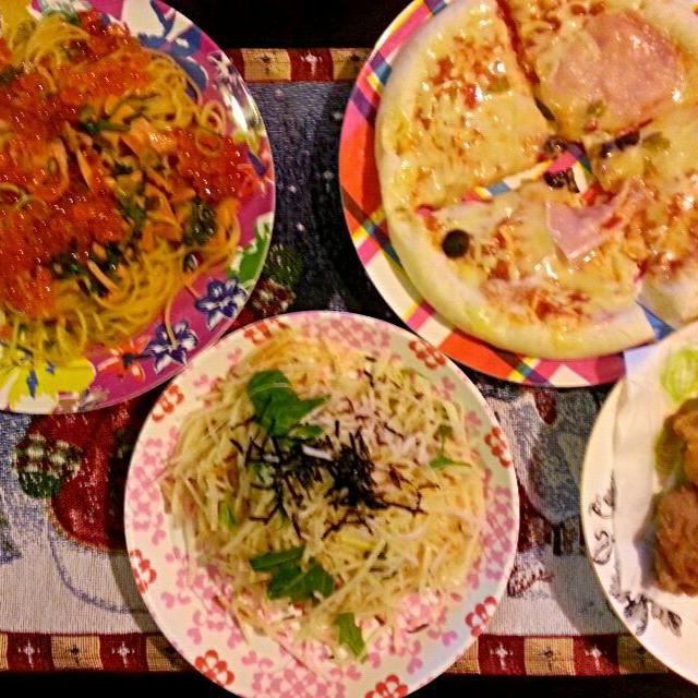 カ、カロリー(ノ)゚∀゚(ヾ) - 88件のもぐもぐ - いくらとサーモンの和風パスタと大根サラダと唐揚げとピザ。 by erika27