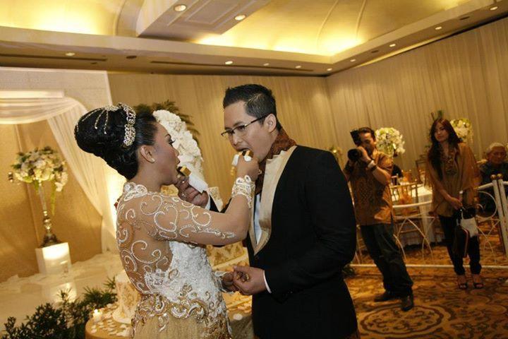 Pada pernikahan gaya internasional juga terdapat prosesi makan bersama yang maknanya hampir sama dengan prosesi makan bersama pada beberapa pernikahan adat di Indonesia.