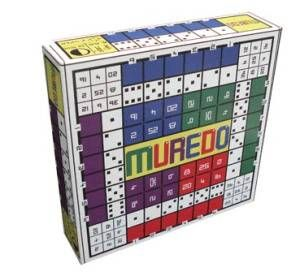 Muredo is een bordspel. Je speelt het spel door keersommen (vermenigvuldigen) te dobbelen en natuurlijk te berekenen. Het bord heeft twee kanten en maakt het mogelijk om met jongere kinderen en met oudere kinderen te spelen. Kinderen vanaf 7 jaar spelen met 1 dobbelsteen en spelen met de tafels 1 t/m 6. Op de andere kant van het bord speel je met twee dobbelstenen en komen de tafels t/m 12 aan bod. Het bordspel is te koop bij http://www.trendyspeelgoed.nl/ .