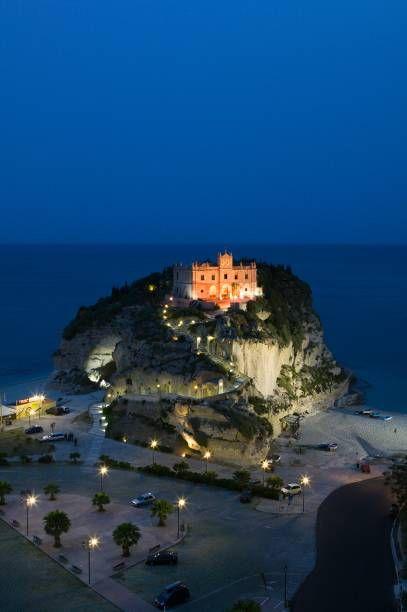 Tropea mit der Kirche Santa Maria dell'Isola bei Nacht