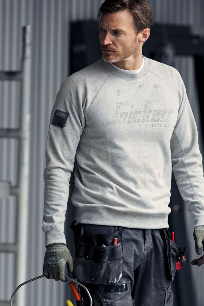 This classic cotton sweatshirt comes with an 3D-printed Snickers Workwear logo. It offers a clean cut contemporary look with a crewneck and a small badge on the right arms.