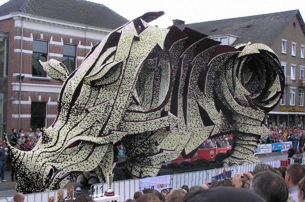 Carros alegóricos gigantes feitos com flores