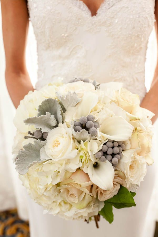 So obsessed with this classic winter wedding bouquet