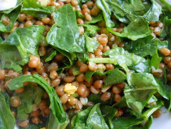 Salată cu grâu și spanac crud