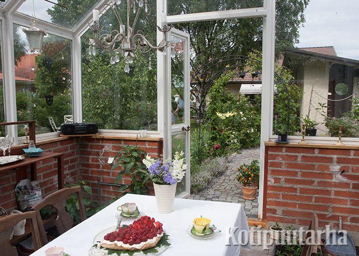Englantilaistyyppiseen kasvihuoneeseen voi kattaa vaikka mansikkakakkukahvit! www.kotipuutarha.fi