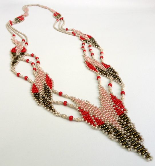 Colar confeccionado com miçangas nas cores nude,vermelho, rosé e musgo.  Muuuito delicado e diferente!  Com 76 cm de perímetro.