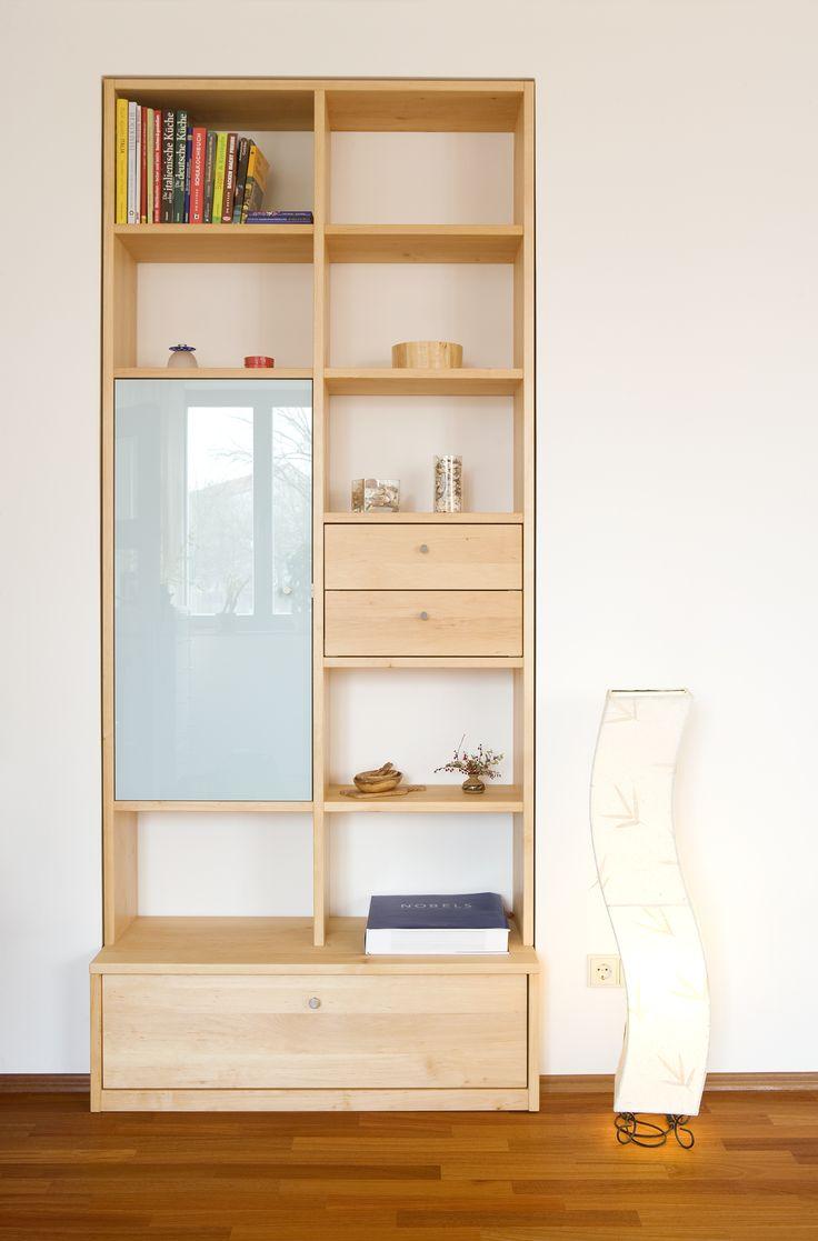 #Regal mit offenen und geschlossenen Teilen, #Glas und #Holz © www.buchenblau.de