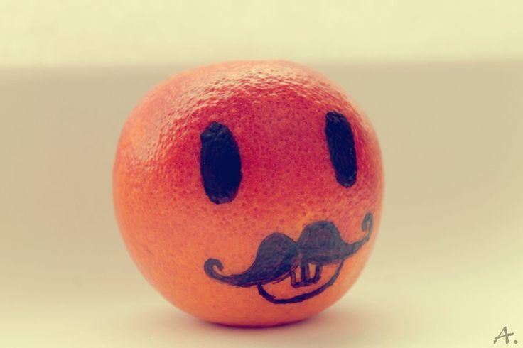 niets mis met een versierde sinaasappel of mandarijn natuurlijk... Een heel kistje ziet er vast heel gezellig uit!