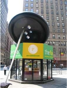 Garment District: El boton mas grande del mundo, con una aguja de acero de 9.5 m de altura que se eleva sobre el kiosko de información  del Fashion Center, donde ofrecen algunos planos y folletos.