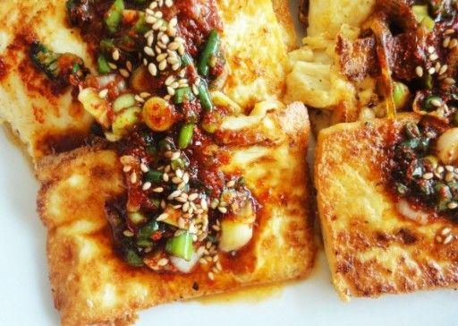 Gebakken Koreaanse tofu met pikante saus: Natuurlijk mocht een gerecht met tofu niet ontbreken in deze lijst, en daarom kozen we voor deze Koreaanse variant met een pikant sausje